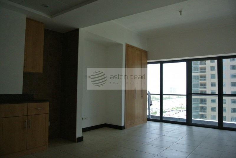 Vacant, Available now! Studio w/ Lake View