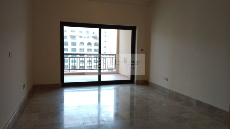 Spacious 1BR with Large Terrace, Up to 4 Cheqs